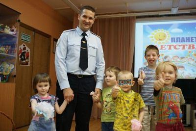 Подарили детям радость: сотрудники УВД по ЮАО поздравили детей из подшефного приюта с началом летних каникул