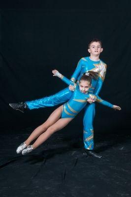 Мальчиков и девочек приглашают в секцию акробатики