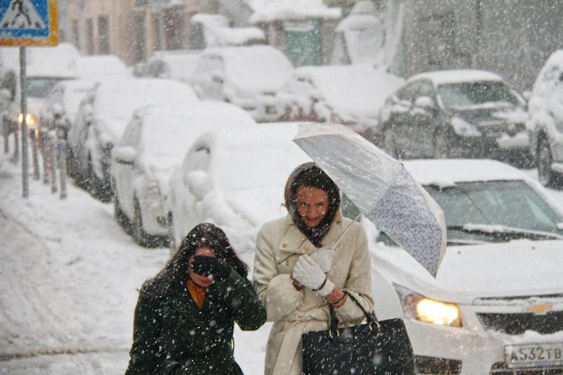 Снегопады сковали дороги Москвы 8-балльными пробками