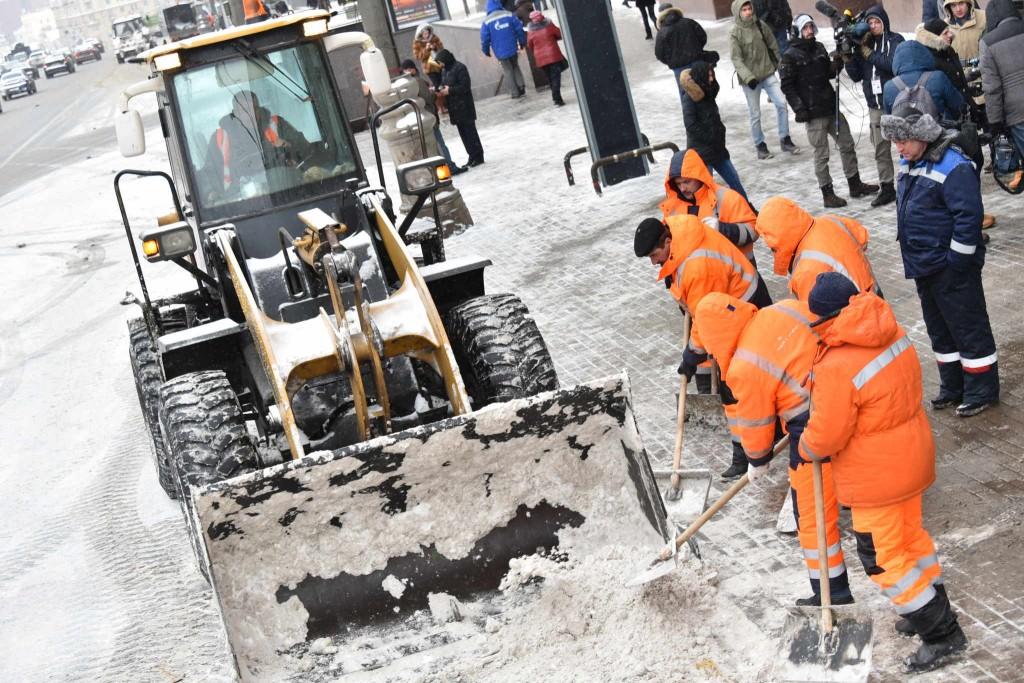 На расчистку города от снега вышли 4 тысячи единиц спецтехники