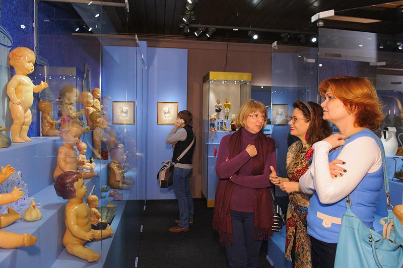 До 8 марта продлила работу выставка редких кукол