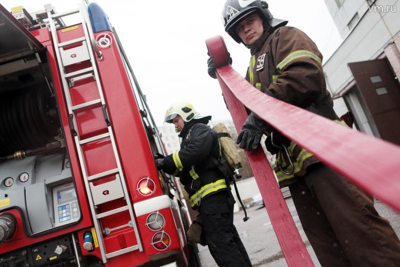 Пожарные ликвидировали возгорание в троллейбусном парке на севере столицы
