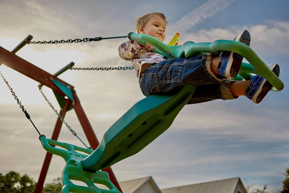 Детские площадки в парках столицы отремонтируют с середине апреля