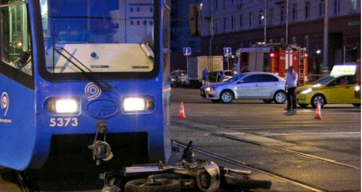 Мотоцикл и трамвай попали в ДТП на востоке Москвы