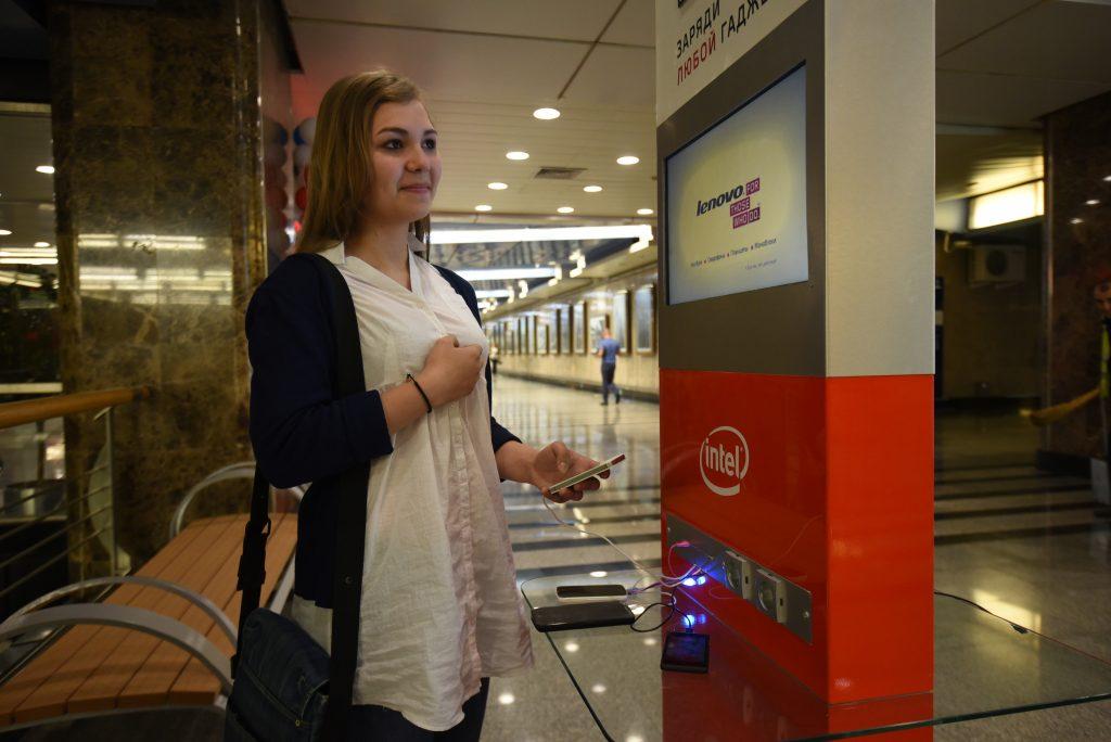 В столичном метро установят розетки для подзарядки гаджетов