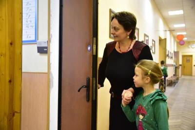 На данный момент в первые классы московских школ зачислены более 83 тысяч детей