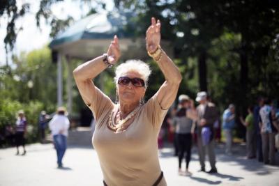 Танцевальный проект для пенсионеров проходит в Царицынском парке