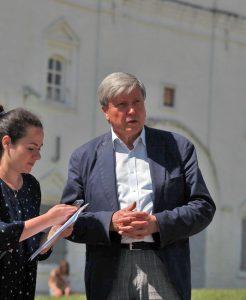 Корреспондент Оксана Полякова (слева) и директор объединенного музея-заповедника Сергей Худяков (справа)