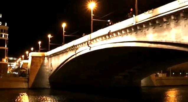 Экстремалы разделись и прыгнули с моста в центре Москвы