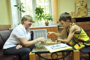 1 июля 2016 года. Посетители комнаты прох- лады Руслан Черкашин и Татьяна Королева