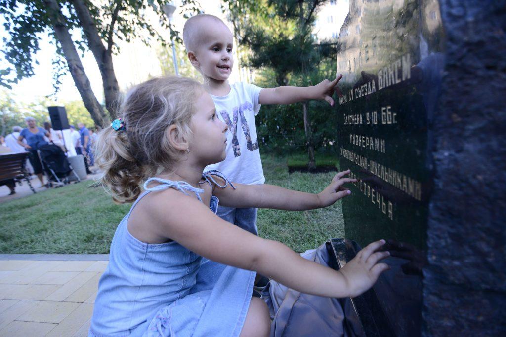Памятный камень в честь XV съезда ВЛКСМ установили на Черноморском бульваре