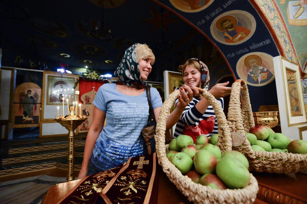 Москвичи смогут освятить яблоки и мед к Яблочному спасу в храмах Южного округа