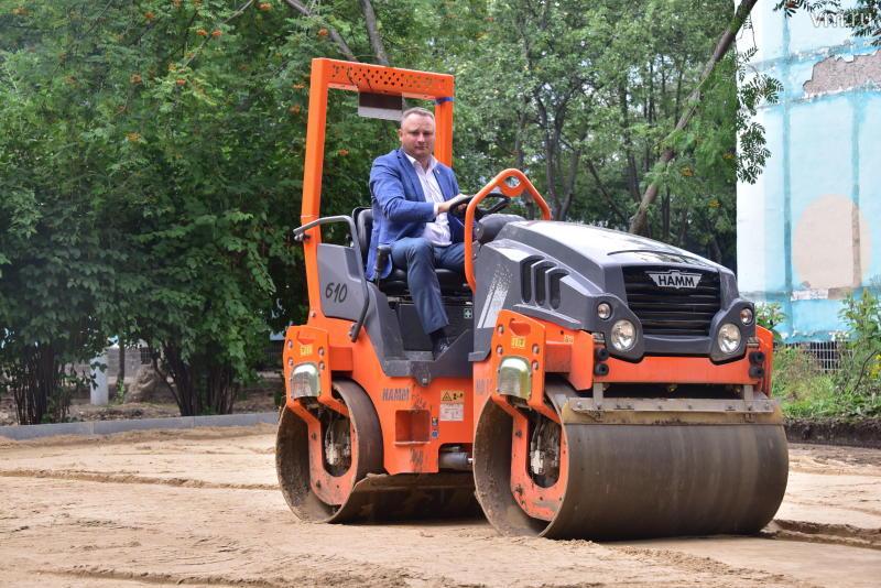 Глава управы Нагатино-Садовников помог разровнять песок на территории детсада