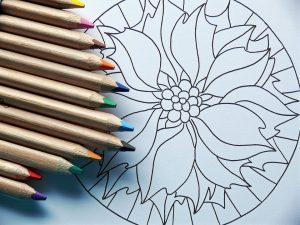 Перед тем, как начать рисовать на поверхности блокнота, необходимо составить узор на бумаге. Фото: pixabay.com.