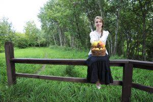 Москвичка Ульяна Луч- кова подготовила ябло- ки к Яблочному Спасу