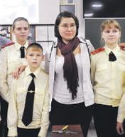 Ученики Виктория Болабошина (слева), Виктор Лерман, Анастасия Левдонская и журналист Дарья Верясова (в центре)