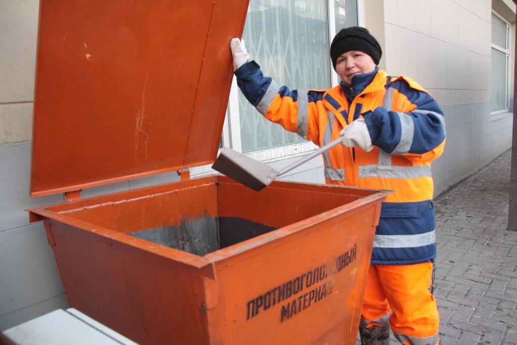 К декабрю в Москве разместят свыше четырех тысяч контейнеров с противогололедным материалом