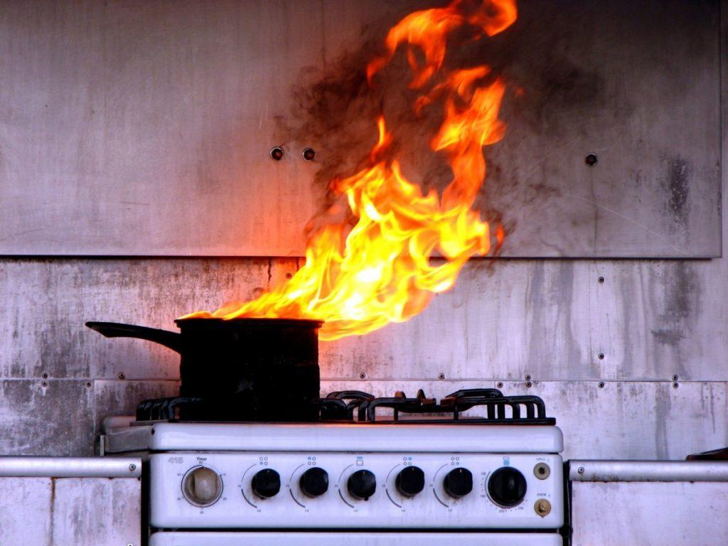 Оставленная на плите пища – причина пожара