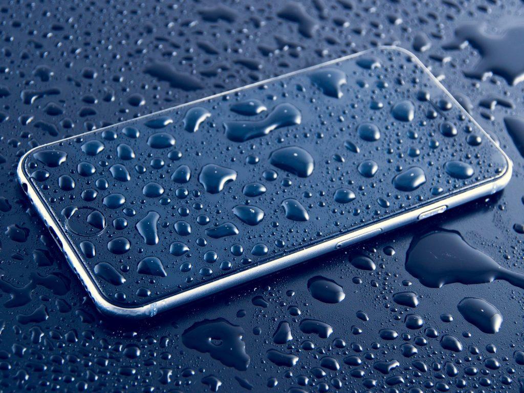 Что делать с упавшим в воду телефоном