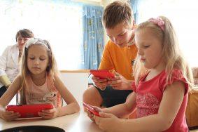 Мобильная библиотека в детской городской клинической больнице №9 им.Сперанского. Ира Неволина, Алеша Артюхов и Таисия Иванова (слева направо) читают электронные книги