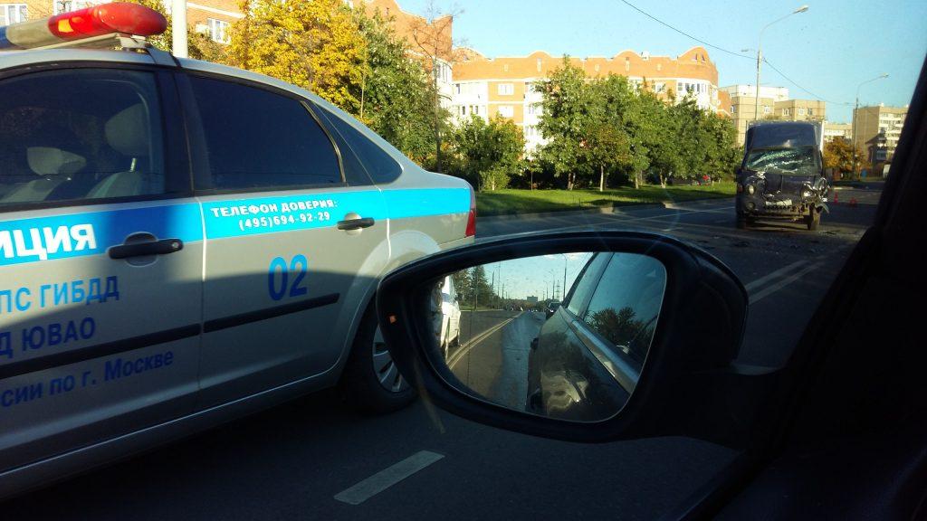 Наюго-востоке столицы полицейский автомобиль столкнулся с фургоном