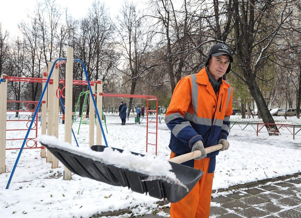 Лопаты и метлы против снежных оков
