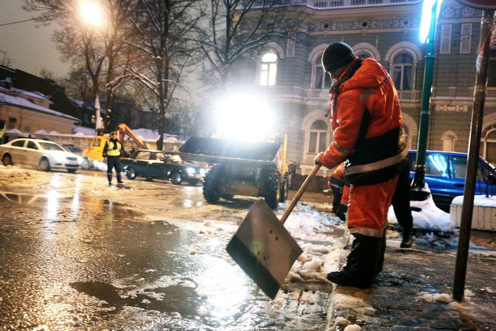 Мундепутат Нагорного района взяла на контроль уборку снега в Ветеранском дворике