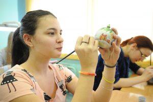 1 декабря 2016 года. Студентка Колледжа имени Фаберже Елизавета Ковалевская разрисовывает новогодний шар