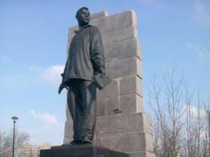 Мусор у памятника Мусы Джалиля