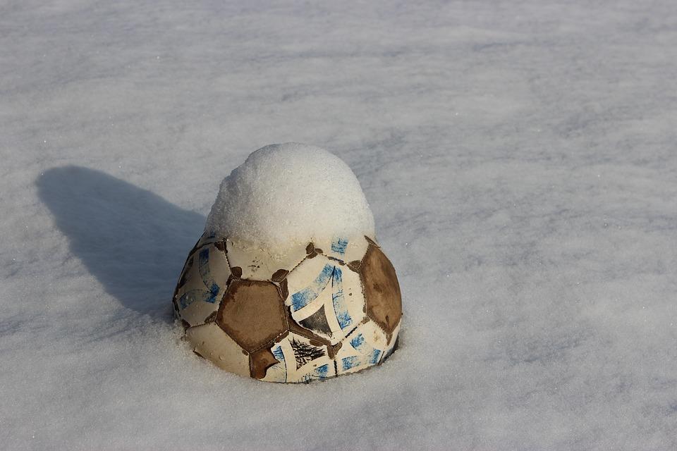 На территории Южного округа открыли 250 площадок для снежного футбола