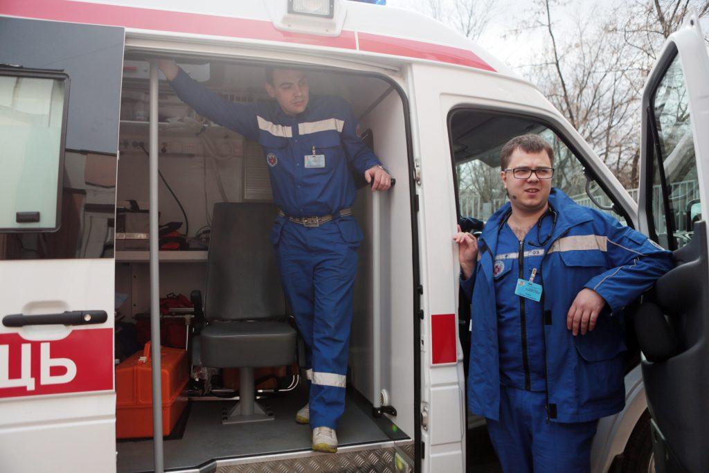 Упавшую с пятого этажа нетрезвую москвичку спасло дерево
