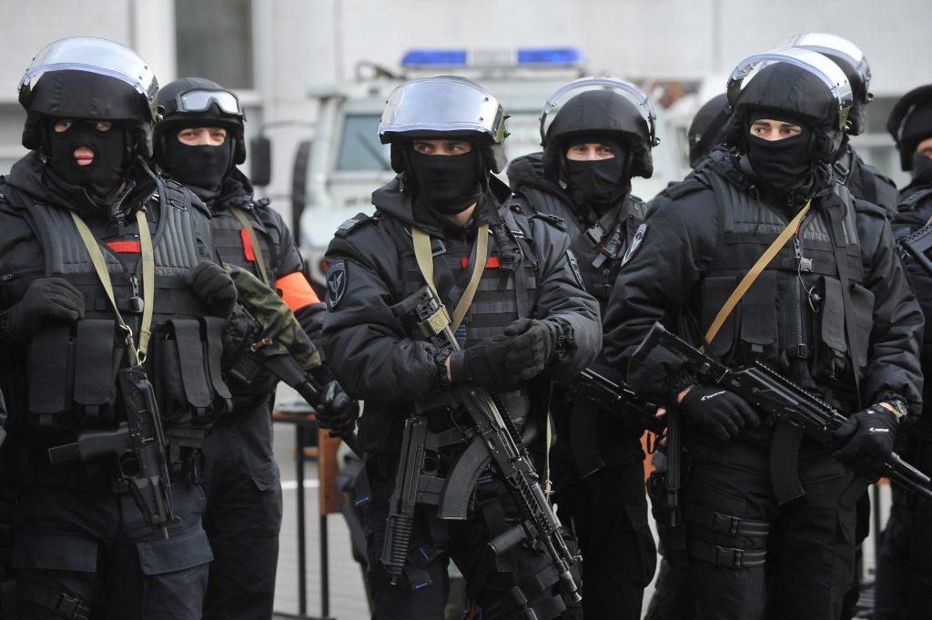 На юге Москвы спецназ освободил мужчину из квартирного плена
