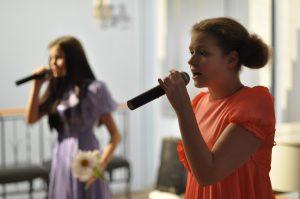 11 февраля 2017 года. Участница телешоу «Голос. Дети» Лиза Кабаева выступила на благотворительном концерте в галерее «Нагорная». Фото: Елизавета Королева