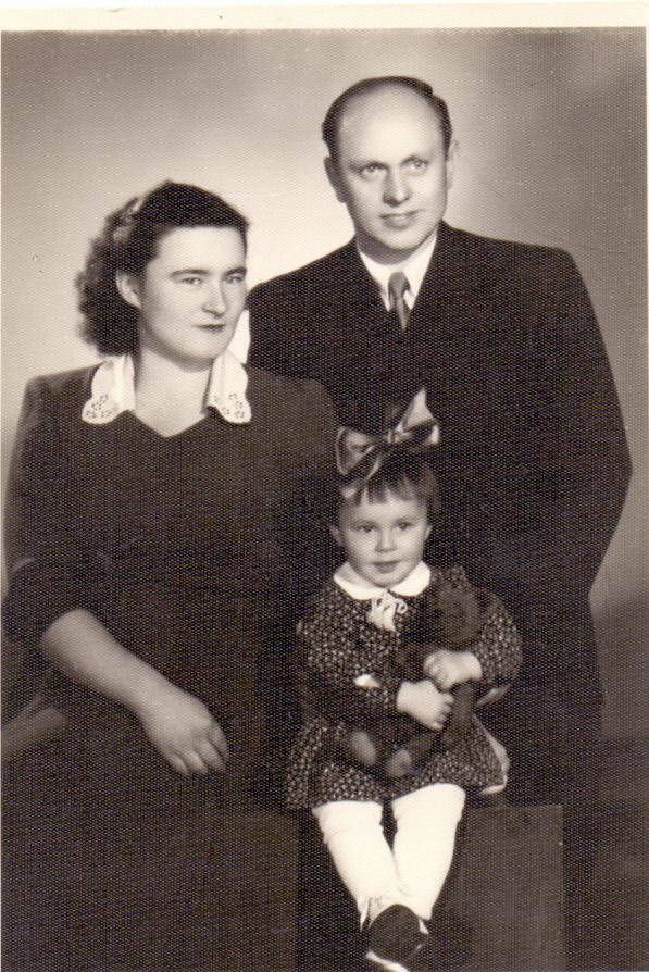 Середина 1950-х. Разведчик Алексей Ботян с женой Геленой и дочерью Ириной