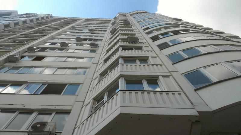 Обстоятельства упавшей из окна высотки женщины выясняет полиция