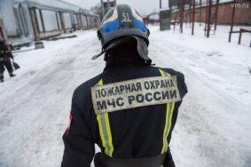Бывшая мебельная фабрика загорелась на Севере Москвы