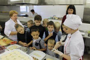 """Гости вместе с педагогами готовили карамель и учились оформлять блюда из овощей. Фото: архив, """"Вечерняя Москва"""""""