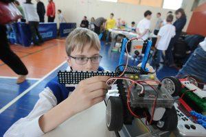 Семен Заболотников дорабатывает своего робота перед соревнованиями. Фото: Пелагия Замятина.