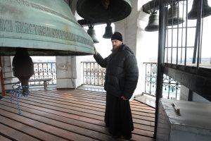 17 марта 2017 года. Старший звонарь, иеродиакон Роман Лукьянов показывает двенадцатитонный колокол Данилова монастыря. Фото: Пелагия Замятина