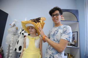 10 марта 2017 года. Тимур Хамраев примеряет сконструированный им костюм сладкоежки на Катю Пономарчук. Фото: Пелагия Заметина
