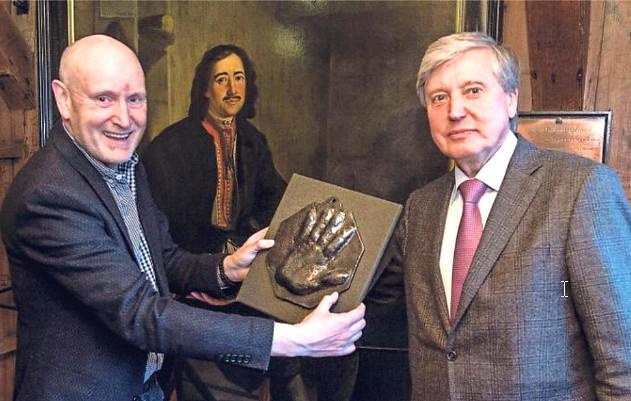 Директор «Коломенского» передал слепок руки Петра I голландскому музею