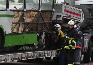 Автобус разорван на две части в ДТП на юго-востоке Москвы, работает полиция