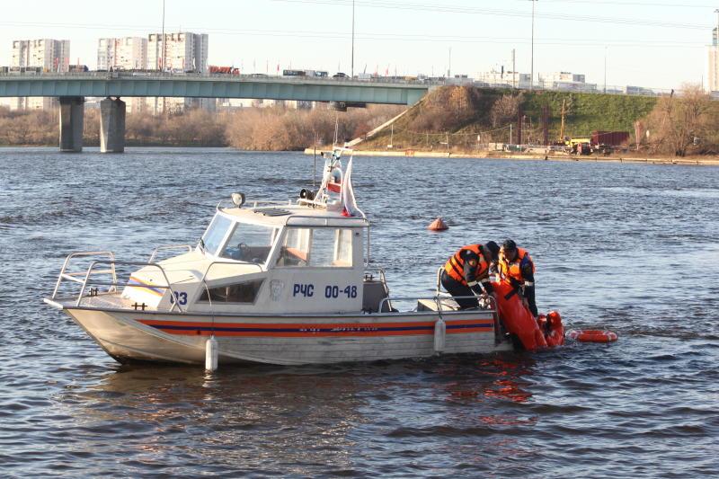 Спасатели проверяют информацию о провалившихся под лед рыбаках