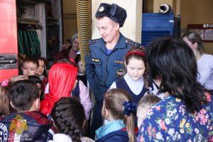 Ребята поблагодарили Алексея Егорова за познавательную и увлекательную экскурсию. Фото предоставлено пресс-службой Управления МЧС по ЮАО