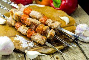 Если с кусочками свинины на шампур нанизать помидорчик черри, у мяса появится приятный кисловатый оттенок. Фото: Валентин Звегинцев