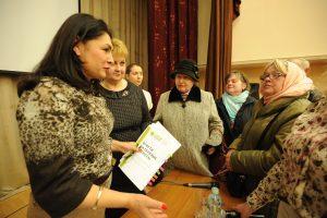 19 апреля 2017 года. Встреча главы управы района Нагатинский Затон Ирины Джиоевой (слева) с жителями. Фото: Пелагия Замятина