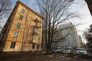 19 апреля 2017 года. Одна из старых пятиэтажек, построенная в 1966 году, стреми- тельно приближается к аварийному состоянию. Фото: Андрей Махонин/ТАСС