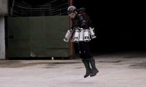 Британский изобретатель поднялся в воздух в костюме «Железного человека»