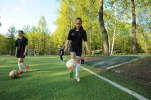 19 мая 2017 года. Футболистки из команды «Царицыно» Дарья Соловьева (справа) и Диана Куликовская (слева) тренируются на поле