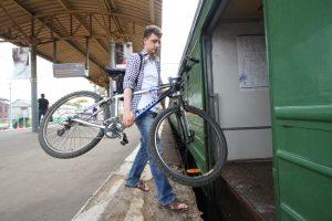 """В билетопечатающих аппаратах можно получить билет на провоз велосипеда. Фото: архив, """"Вечерняя Москва"""""""